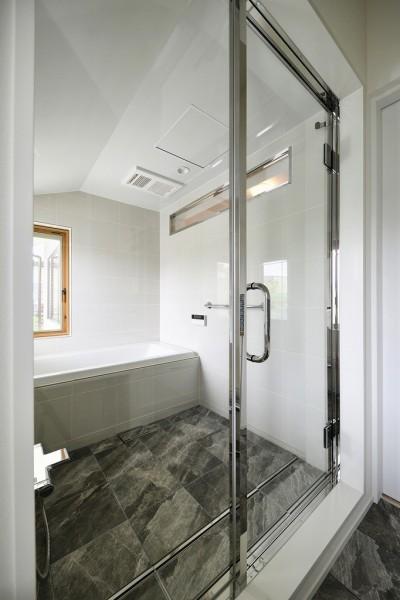 バスルーム (F邸_庭の緑と空間を楽しむ住まいをつくる)