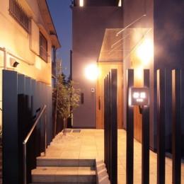 大泉の家(大きなロフトとルーフテラスのある2世帯住宅) (玄関アプローチ(夕景))