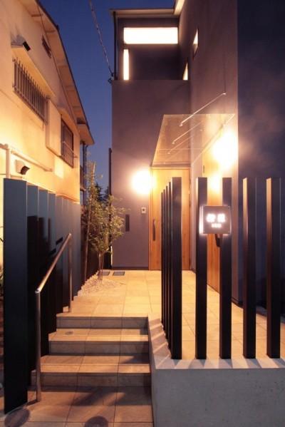 玄関アプローチ(夕景) (大泉の家(大きなロフトとルーフテラスのある2世帯住宅))