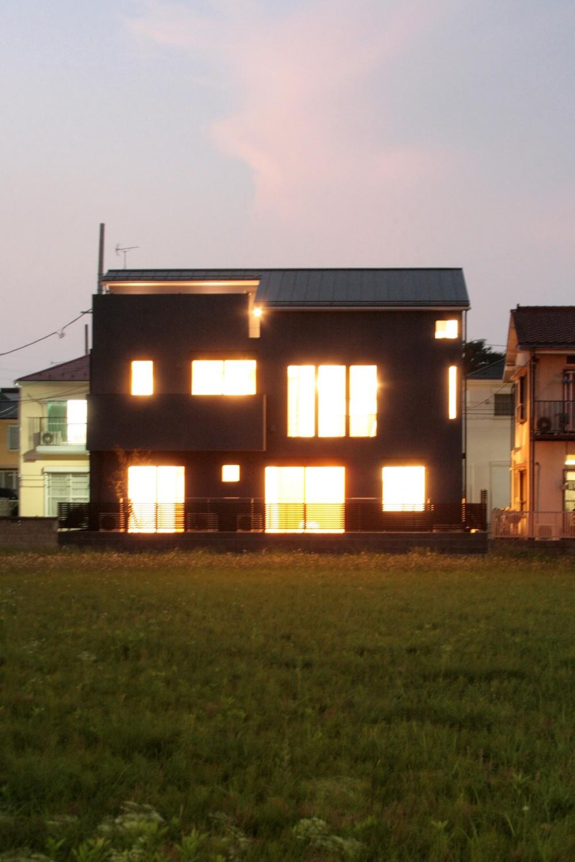 大泉の家(大きなロフトとルーフテラスのある2世帯住宅) (南側外観(夕景))