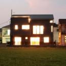 大泉の家(大きなロフトとルーフテラスのある2世帯住宅)の写真 南側外観(夕景)