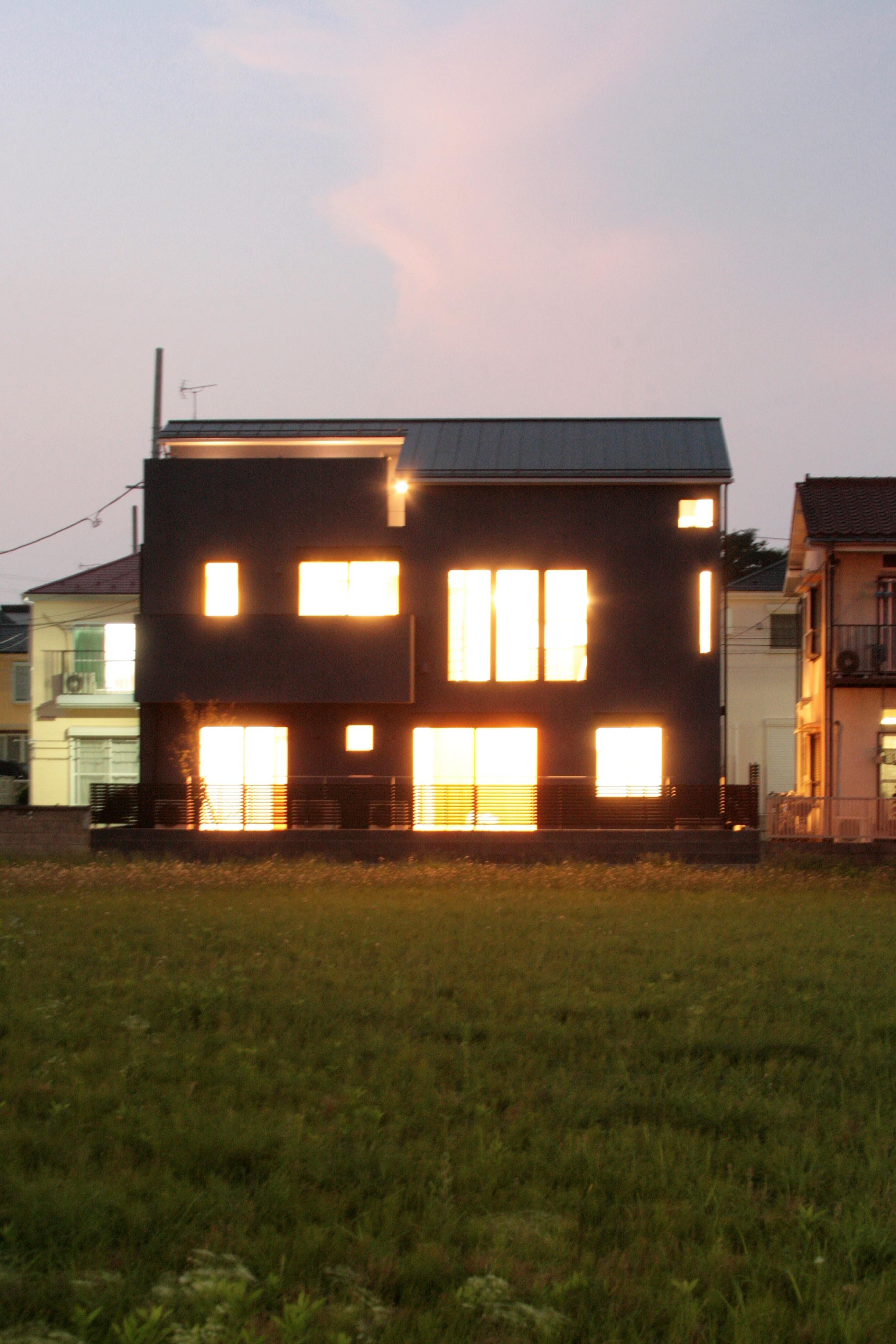 外観事例:南側外観(夕景)(大泉の家(大きなロフトとルーフテラスのある2世帯住宅))