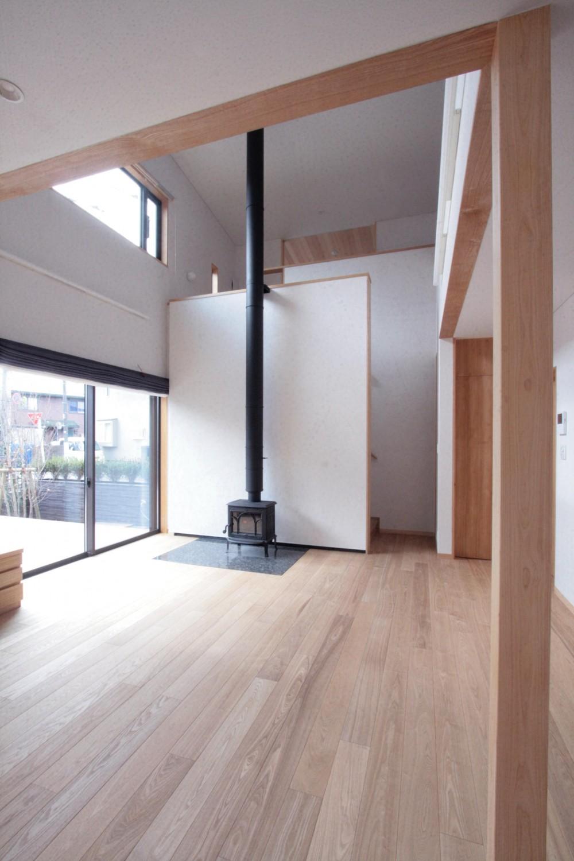 薪ストーブのあるリビング (大泉学園の家(薪ストーブを設けた吹抜けを中心とした自然素材の家))