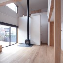 大泉学園の家(薪ストーブを設けた吹抜けを中心とした自然素材の家)の写真 薪ストーブのあるリビング