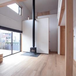 大泉学園の家(薪ストーブを設けた吹抜けを中心とした自然素材の家) (薪ストーブのあるリビング)