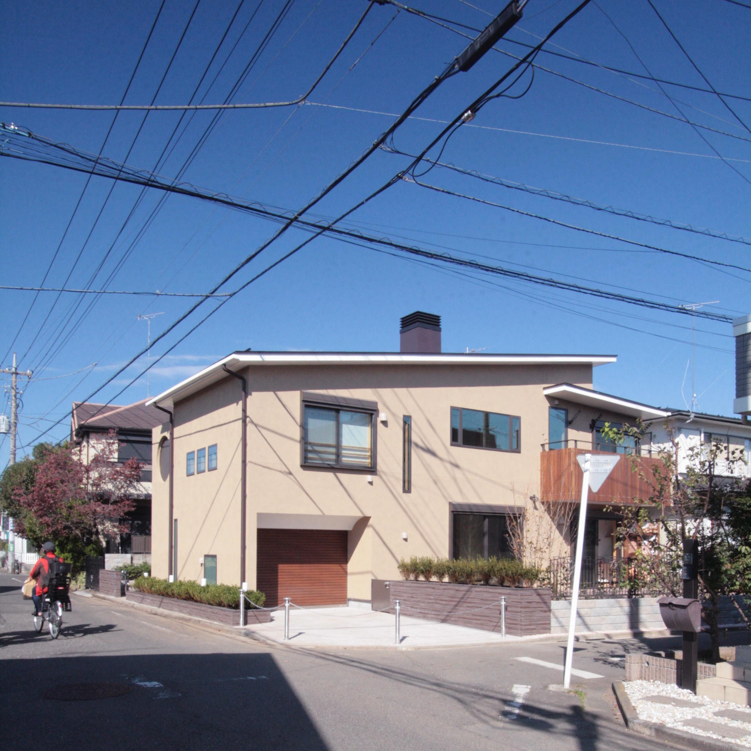 外観事例:外観(敷地西側の主要道路から建物の南面を望む)(大泉学園の家(薪ストーブを設けた吹抜けを中心とした自然素材の家))