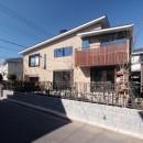 大泉学園の家(薪ストーブを設けた吹抜けを中心とした自然素材の家)の写真 外観(敷地南側の生活道路から建物南東面を望む)