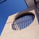 大泉学園の家(薪ストーブを設けた吹抜けを中心とした自然素材の家)の写真 外観(左官による外壁と格子付の円形開口)