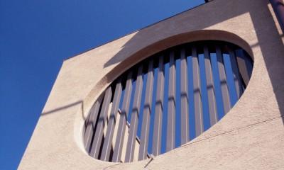 大泉学園の家(薪ストーブを設けた吹抜けを中心とした自然素材の家) (外観(左官による外壁と格子付の円形開口))