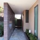 大泉学園の家(薪ストーブを設けた吹抜けを中心とした自然素材の家)の写真 目隠し壁とベンチを設けた玄関アプローチ