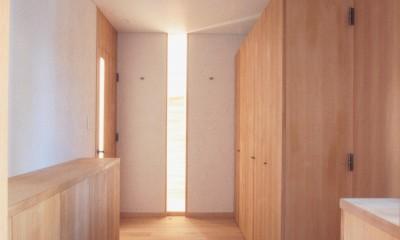 大泉学園の家(薪ストーブを設けた吹抜けを中心とした自然素材の家) (玄関ホール(充実した収納スペースの玄関))