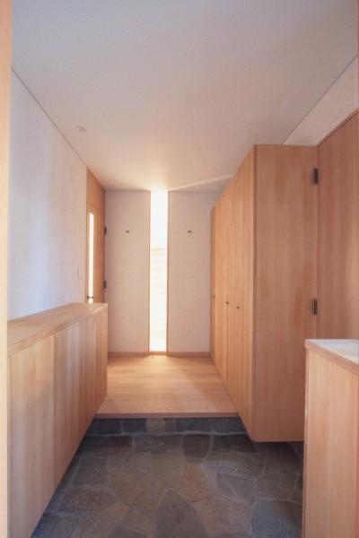 玄関ホール(充実した収納スペースの玄関) (大泉学園の家(薪ストーブを設けた吹抜けを中心とした自然素材の家))