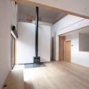 大泉学園の家(薪ストーブを設けた吹抜けを中心とした自然素材の家)の写真 リビング・ダイニング(ダイニングよりリビングを望む)