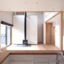 大泉学園の家(薪ストーブを設けた吹抜けを中心とした自然素材の家)の写真 リビングダイニング(キッチンより望む)