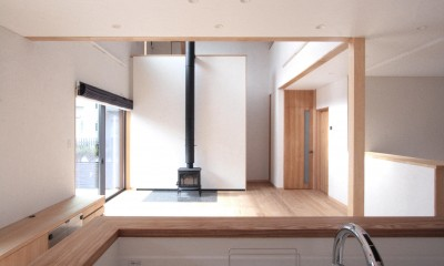 リビングダイニング(キッチンより望む)|大泉学園の家(薪ストーブを設けた吹抜けを中心とした自然素材の家)