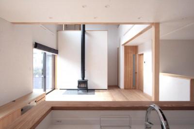 リビングダイニング(キッチンより望む) (大泉学園の家(薪ストーブを設けた吹抜けを中心とした自然素材の家))