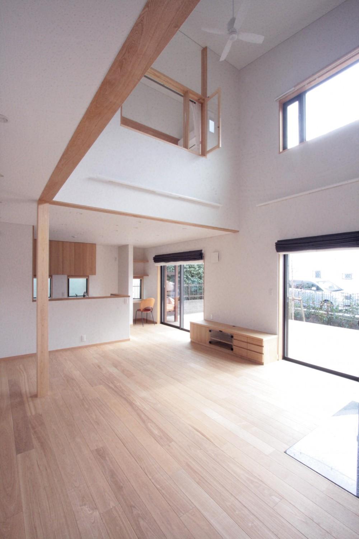 大泉学園の家(薪ストーブを設けた吹抜けを中心とした自然素材の家) (ダイニング、キッチン(リビングより望む))
