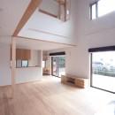 大泉学園の家(薪ストーブを設けた吹抜けを中心とした自然素材の家)の写真 ダイニング、キッチン(リビングより望む)