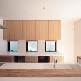 大泉学園の家(薪ストーブを設けた吹抜けを中心とした自然素材の家) (キッチン(ダイニングより望む))