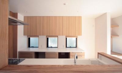 キッチン(ダイニングより望む)|大泉学園の家(薪ストーブを設けた吹抜けを中心とした自然素材の家)