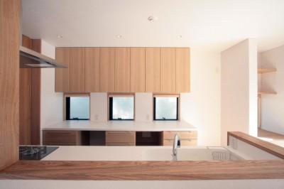 キッチン(ダイニングより望む) (大泉学園の家(薪ストーブを設けた吹抜けを中心とした自然素材の家))