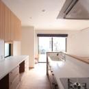 大泉学園の家(薪ストーブを設けた吹抜けを中心とした自然素材の家)の写真 キッチン(食品庫より望む)