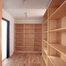 大泉学園の家(薪ストーブを設けた吹抜けを中心とした自然素材の家)の写真 食品庫(キッチンからとリビングからと、双方からの出入りが可能)