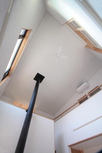 リビング(天井見上げ) (大泉学園の家(薪ストーブを設けた吹抜けを中心とした自然素材の家))