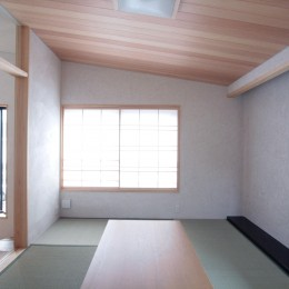 大泉学園の家(薪ストーブを設けた吹抜けを中心とした自然素材の家) (たたみの間(人が集まる堀座卓のある和室))