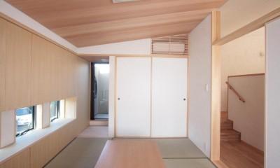 大泉学園の家(薪ストーブを設けた吹抜けを中心とした自然素材の家) (たたみの間と坪庭)
