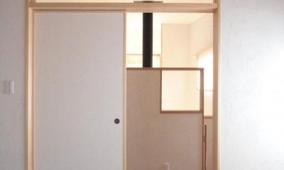 大泉学園の家(薪ストーブを設けた吹抜けを中心とした自然素材の家) (たたみの間(階段の途中に位置する和室入口))