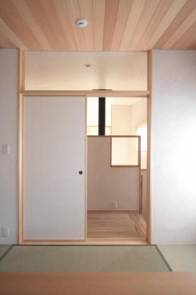 たたみの間(階段の途中に位置する和室入口) (大泉学園の家(薪ストーブを設けた吹抜けを中心とした自然素材の家))