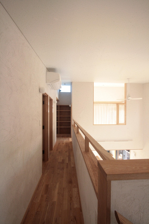 大泉学園の家(薪ストーブを設けた吹抜けを中心とした自然素材の家) (2階の廊下(吹き抜けを望むギャラリー))