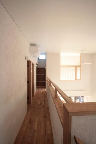 2階の廊下(吹き抜けを望むギャラリー) (大泉学園の家(薪ストーブを設けた吹抜けを中心とした自然素材の家))