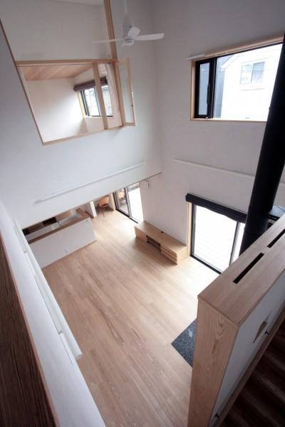 大泉学園の家(薪ストーブを設けた吹抜けを中心とした自然素材の家) (吹き抜け(下階のリビングダイニングを望む))