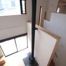 大泉学園の家(薪ストーブを設けた吹抜けを中心とした自然素材の家)の写真 吹き抜け(下階のリビング、薪ストーブ、階段廻りを望む)