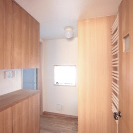 大泉学園の家(薪ストーブを設けた吹抜けを中心とした自然素材の家) (脱衣・洗濯室)