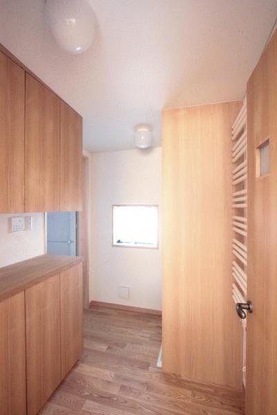 脱衣・洗濯室 (大泉学園の家(薪ストーブを設けた吹抜けを中心とした自然素材の家))
