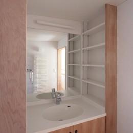 大泉学園の家(薪ストーブを設けた吹抜けを中心とした自然素材の家) (洗面室(2階))
