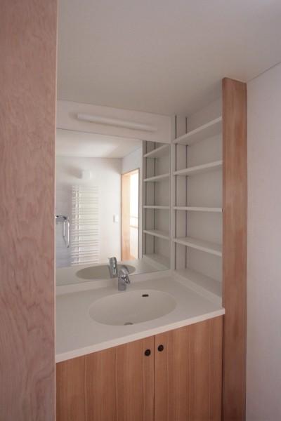 洗面室(2階) (大泉学園の家(薪ストーブを設けた吹抜けを中心とした自然素材の家))