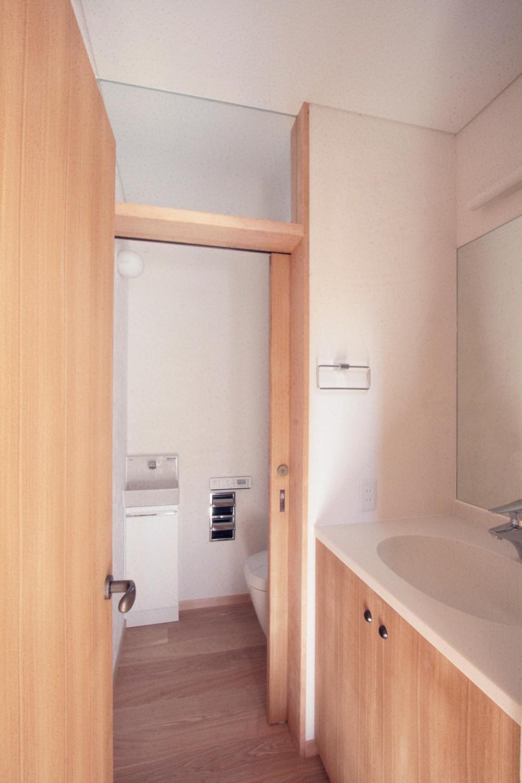 大泉学園の家(薪ストーブを設けた吹抜けを中心とした自然素材の家) (洗面・トイレ(1階))