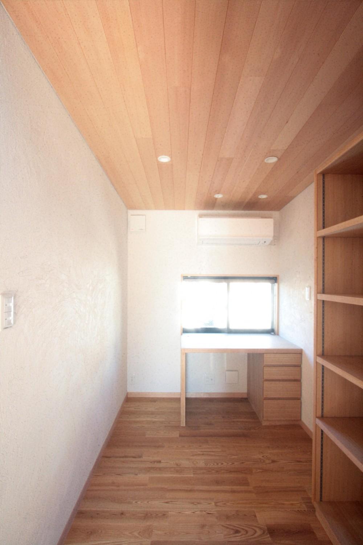大泉学園の家(薪ストーブを設けた吹抜けを中心とした自然素材の家) (書斎(2階のデスクコーナー))