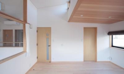 大泉学園の家(薪ストーブを設けた吹抜けを中心とした自然素材の家) (主寝室(ハイサイドライトから朝日が射し込む部屋))