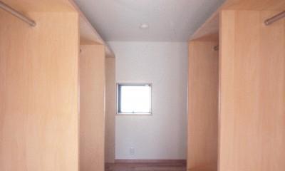大泉学園の家(薪ストーブを設けた吹抜けを中心とした自然素材の家) (ウォークインクロゼット)