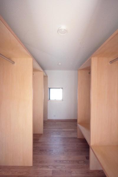 ウォークインクロゼット (大泉学園の家(薪ストーブを設けた吹抜けを中心とした自然素材の家))