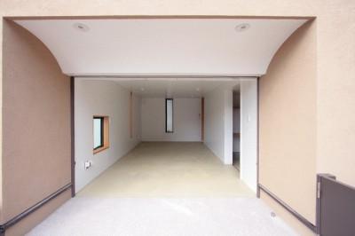 ビルトインガレージ (大泉学園の家(薪ストーブを設けた吹抜けを中心とした自然素材の家))