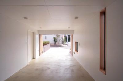 大泉学園の家(薪ストーブを設けた吹抜けを中心とした自然素材の家) (ビルトインガレージ)