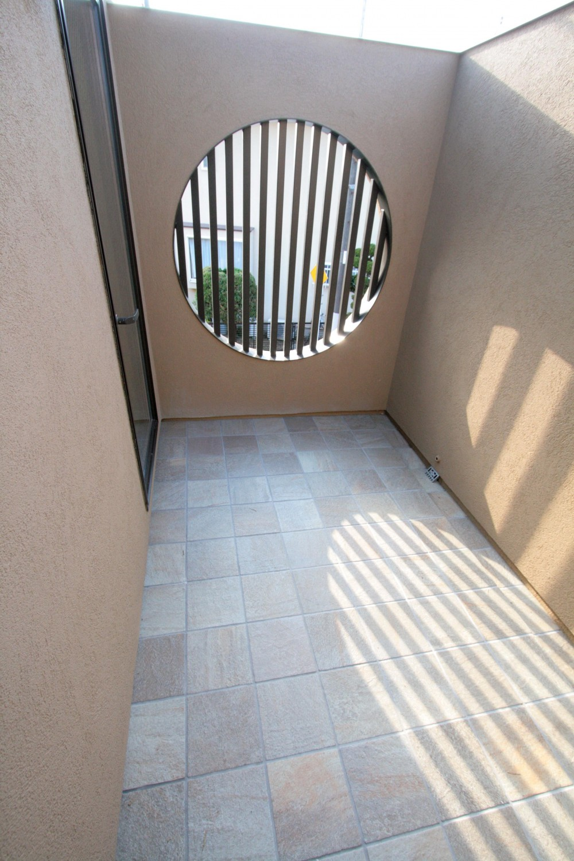 大泉学園の家(薪ストーブを設けた吹抜けを中心とした自然素材の家) (2階の坪庭)