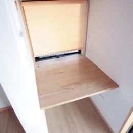 大泉学園の家(薪ストーブを設けた吹抜けを中心とした自然素材の家) (家事用のデスクコーナー)