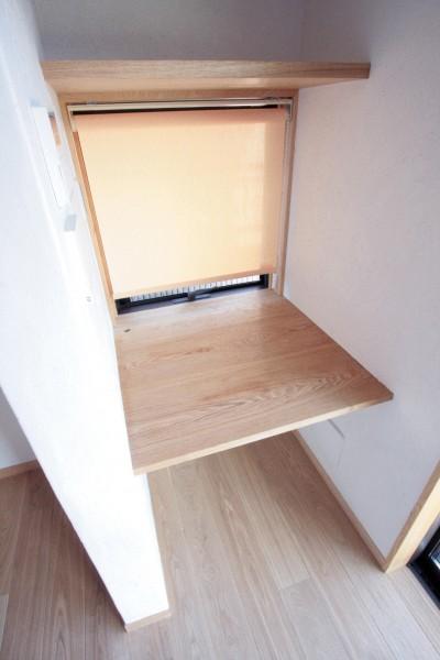 家事用のデスクコーナー (大泉学園の家(薪ストーブを設けた吹抜けを中心とした自然素材の家))